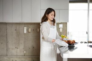 キッチンに立つ女性の写真素材 [FYI01802697]