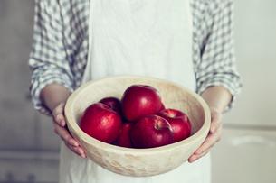 リンゴを持つ女性の写真素材 [FYI01802743]