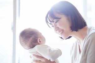 赤ちゃんを抱っこする母親と赤ちゃんの写真素材 [FYI01802744]