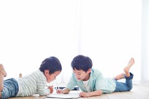 ペンを持つ男の子の写真素材 [FYI01802745]