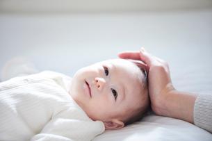 赤ちゃんと赤ちゃんをあやす母親の写真素材 [FYI01802751]