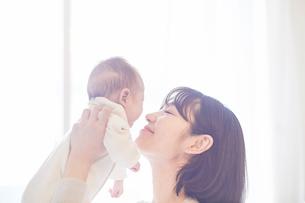 赤ちゃんと赤ちゃんをあやす母親の写真素材 [FYI01802752]