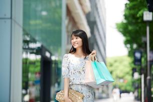 買い物をする女性の写真素材 [FYI01802755]