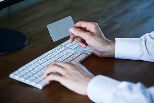 カードとキーボードと男性の手の写真素材 [FYI01802766]