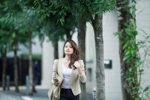 オフィス街を歩くビジネスウーマンの写真素材 [FYI01802785]
