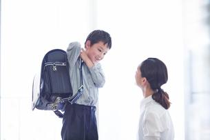 身支度をする親子の写真素材 [FYI01802793]