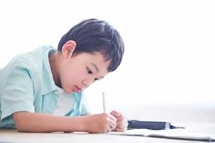 ペンを持つ男の子の写真素材 [FYI01802797]