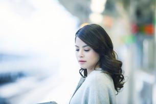 電車を待つ女性の写真素材 [FYI01802799]