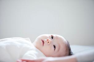 赤ちゃんと赤ちゃんをあやす母親の写真素材 [FYI01802816]
