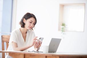 スマートフォンをみる女性の写真素材 [FYI01802820]