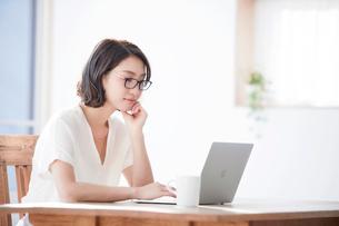 パソコンを見る女性の写真素材 [FYI01802827]