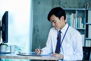オフィスで仕事をするビジネスマンの写真素材 [FYI01802829]