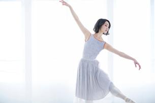 踊る女性の写真素材 [FYI01802840]