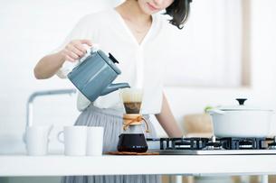 コーヒーを淹れる女性の写真素材 [FYI01802843]