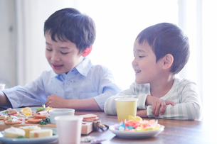 料理を食べる男の子の写真素材 [FYI01802848]