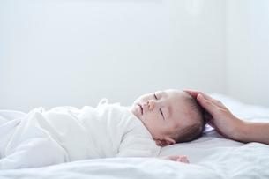 眠る赤ちゃんと見守る母親の写真素材 [FYI01802853]