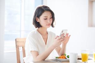 スマートフォンをみる女性の写真素材 [FYI01802871]
