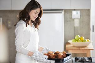 キッチンに立つ女性の写真素材 [FYI01802875]