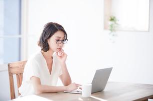 パソコンを見る女性の写真素材 [FYI01802876]