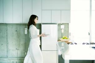 キッチンに立つ女性の写真素材 [FYI01802878]