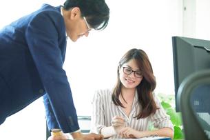 オフィスで働くビジネスマンとビジネスウーマンの写真素材 [FYI01802881]