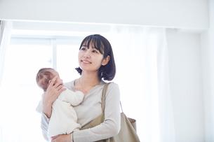 出勤する母親と赤ちゃんの写真素材 [FYI01802883]