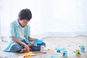 工作をする男の子の写真素材 [FYI01802885]