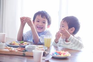料理を食べる男の子の写真素材 [FYI01802887]