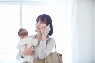 出勤する母親と赤ちゃんの写真素材 [FYI01802895]