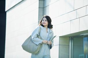 ビルの前を歩く女性の写真素材 [FYI01802896]