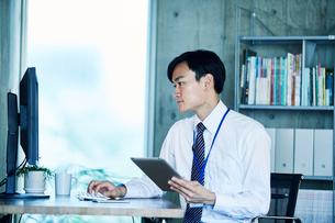 オフィスで仕事をするビジネスマンの写真素材 [FYI01802900]