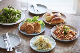 デーブルの上の料理の写真素材 [FYI01802911]