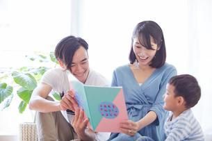 絵本を見る親子の写真素材 [FYI01802914]