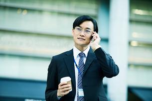 オフィス街を歩くビジネスマンの写真素材 [FYI01802927]