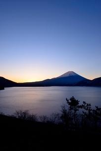 本栖湖より望む夜明けの富士山の写真素材 [FYI01802931]