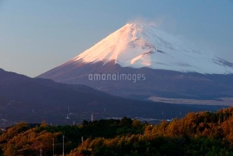 三島市より望む紅富士と宝永火口の写真素材 [FYI01802966]