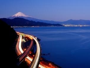 薩た峠より望む富士山と道路を走る車の光跡の写真素材 [FYI01802970]