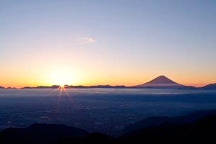 甘利山より望む日の出と富士山の写真素材 [FYI01802979]