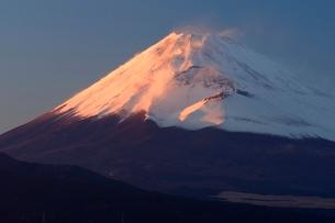 三島市より望む紅富士と宝永火口の写真素材 [FYI01802981]