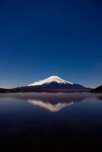 山中湖より望む月光に照らされる夜の富士山と逆さ富士の写真素材 [FYI01802986]