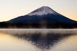 気嵐が立つ精進湖より望む夜明けの富士山と逆さ富士の写真素材 [FYI01802992]