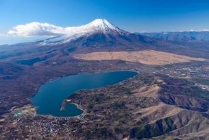 上空から見た山中湖と富士山の写真素材 [FYI01803000]