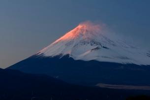 三島市より望む紅富士と宝永火口の写真素材 [FYI01803018]
