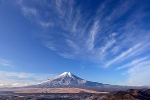 忍野村より望む富士山と空に広がる雲の写真素材 [FYI01803021]