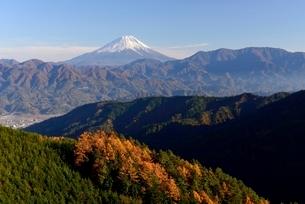 櫛形山より望む富士山と秋の山並みの写真素材 [FYI01803033]
