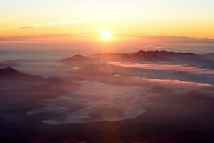 富士山山頂より望むご来光と雲海の写真素材 [FYI01803040]