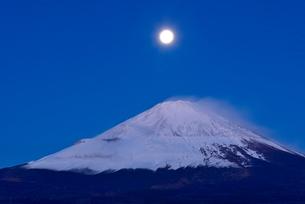 御殿場市より望む夜明けの富士山と月の写真素材 [FYI01803041]