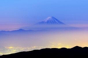 国師ヶ岳より望む夜明けの富士山と夜景の写真素材 [FYI01803048]