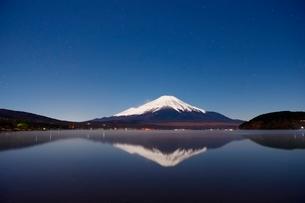 山中湖より望む月光に照らされる夜の富士山と逆さ富士の写真素材 [FYI01803060]
