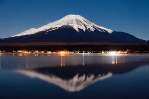 山中湖より望む月光に照らされる夜の富士山と逆さ富士の写真素材 [FYI01803063]